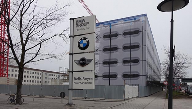 Ein Parkhaus wird geschmückt