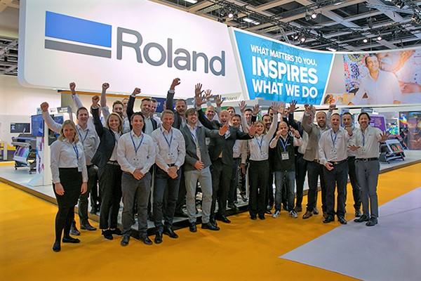 Roland DG stößt auf den Erfolg der FESPA an