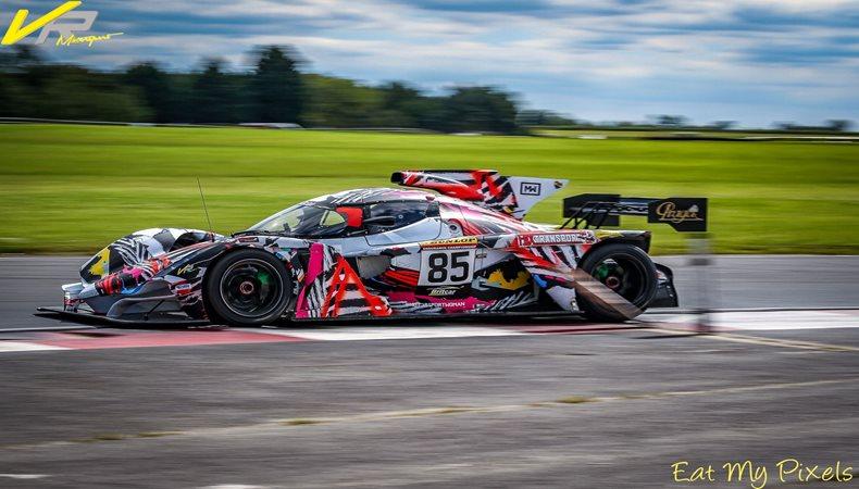 Die Fahrerinnen von VR Motorsport in der Pole Position mit HP Latex von Mediaco