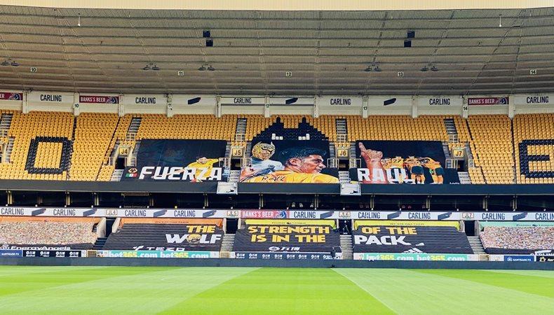 Fans senden eine gedruckte Unterstützungsbotschaft an den Fußballstar